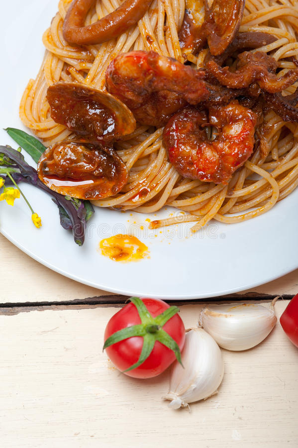 De Italiaanse deegwaren van de zeevruchtenspaghetti op rode tomatensaus stock fotografie