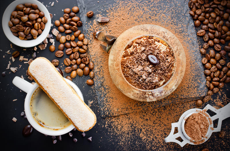 De Italiaanse die cake van desserttiramisu met kop van koffie wordt gediend stock fotografie