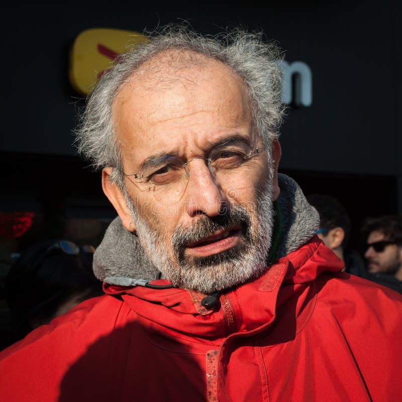 De Italiaanse journalist Gad Lerner luistert aan demonstratiesystemen die in Milaan, Italië protesteren stock afbeelding