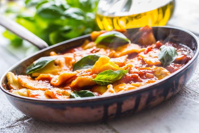 De Italiaanse of mediterrane ravioli van voedseldeegwaren van tomatensaus royalty-vrije stock afbeelding