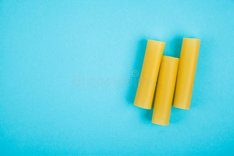 De Italiaanse ongekookte buizen van cannelloniendeegwaren stock afbeeldingen
