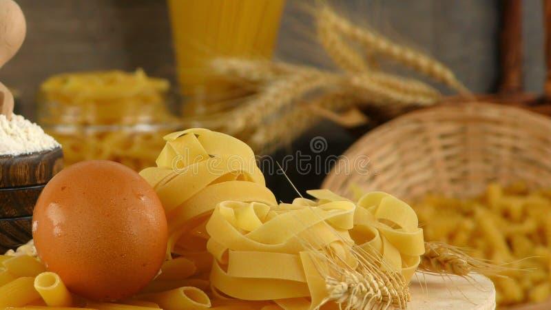 De Italiaanse Ongekookte Collage van Macaronideegwaren stock afbeeldingen