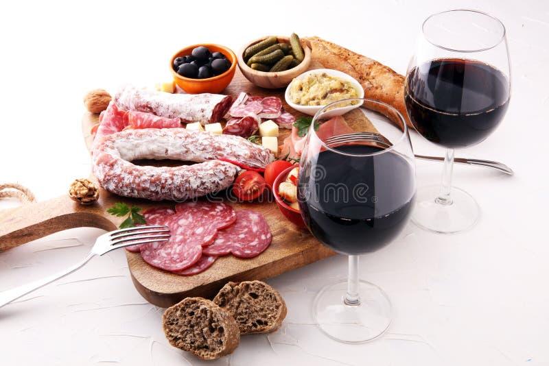 De Italiaanse reeks van de de snacksverscheidenheid van de antipastiwijn Mediterrane kaas, royalty-vrije stock foto's