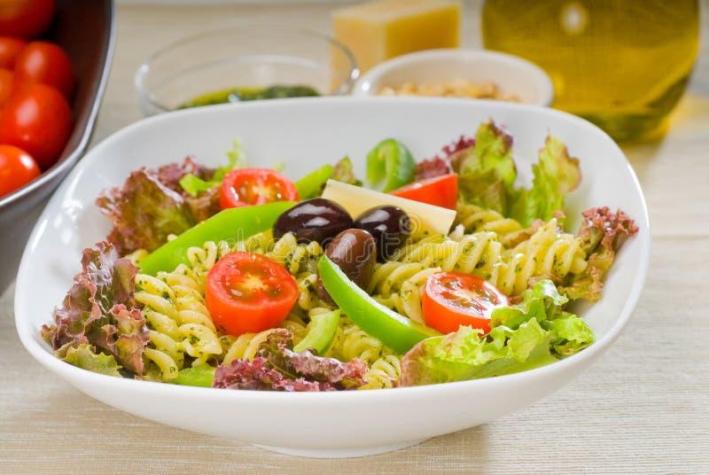 De Italiaanse salade van fusillideegwaren stock foto's