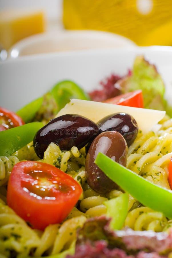 De Italiaanse salade van fusillideegwaren royalty-vrije stock fotografie