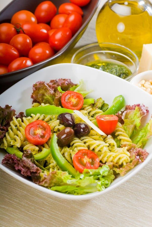 De Italiaanse salade van fusillideegwaren stock afbeeldingen