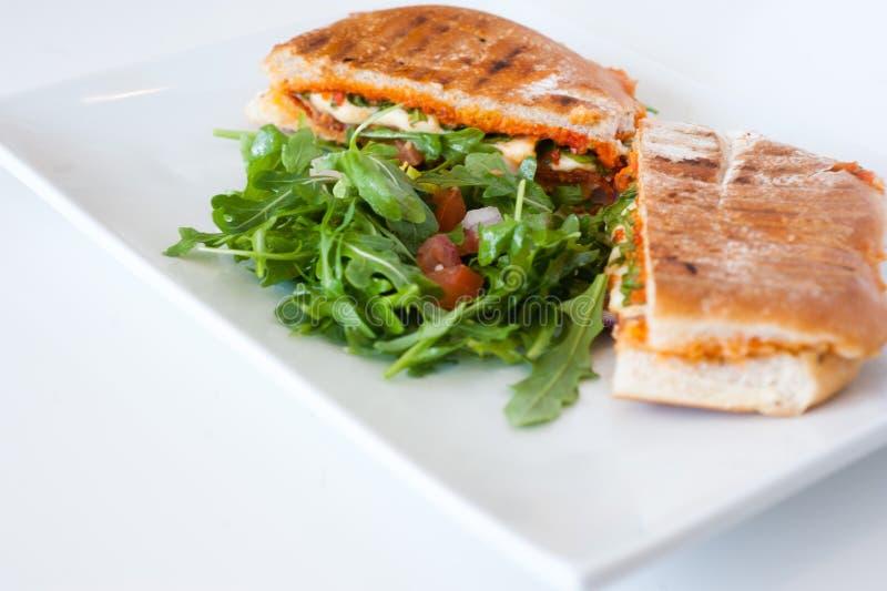 De Italiaanse sandwich van ciabattapanini met kip en tomaat stock afbeelding