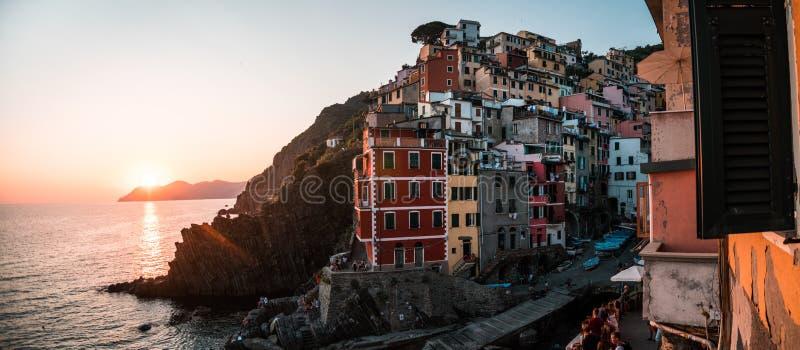 De Italiaanse stad van Riomaggiore bij zonsondergang stock afbeelding