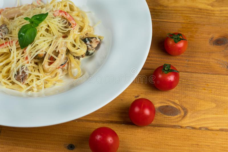 De Italiaanse van de de tomatenkaas van zeevruchtendeegwaren keuken van het het basilicumvoedsel royalty-vrije stock foto's