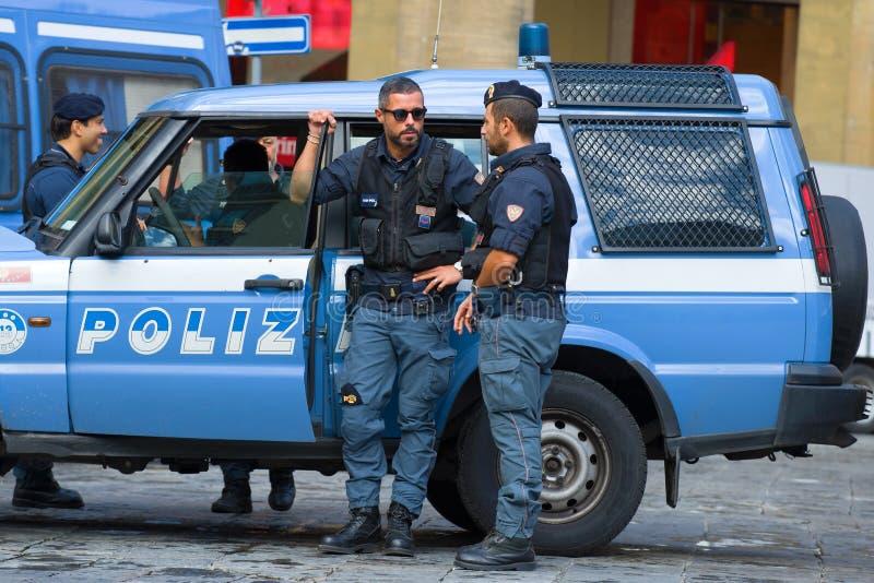 De italienska poliserna på truppbilen italy royaltyfri foto