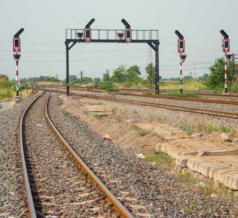 De järnväg signalerande polerna och ljuset arkivfoton