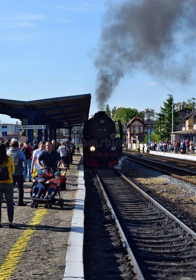 De jaarlijkse parade over stoomlocomotieven in Wolsztyn, Polen stock foto's