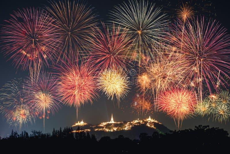 De jaarlijkse viering van het festivalvuurwerk op gouden pagode van KH stock fotografie