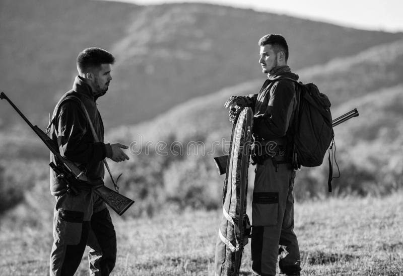 De jacht met partner verstrekt vaak het grotere maatregelenveiligheid pret en belonen De aardmilieu van jagersgeweren jager royalty-vrije stock foto