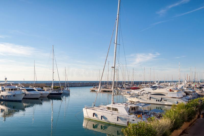 De jachten en de boten legden bij baai in de kuststad van San Vincenzo in Italië vast royalty-vrije stock foto