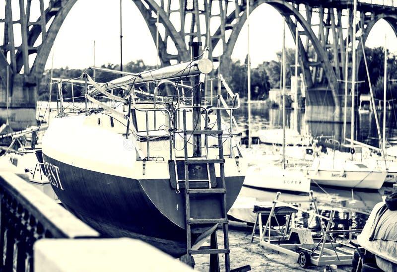 De jachten in retro stijl op de kust wachten op aan wal het varen stock fotografie