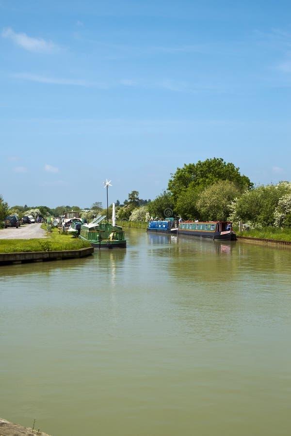 De jachthaven aan de voet van Caen Hill Locks op het Kennet en het Avon Canal bij Devizes stock foto