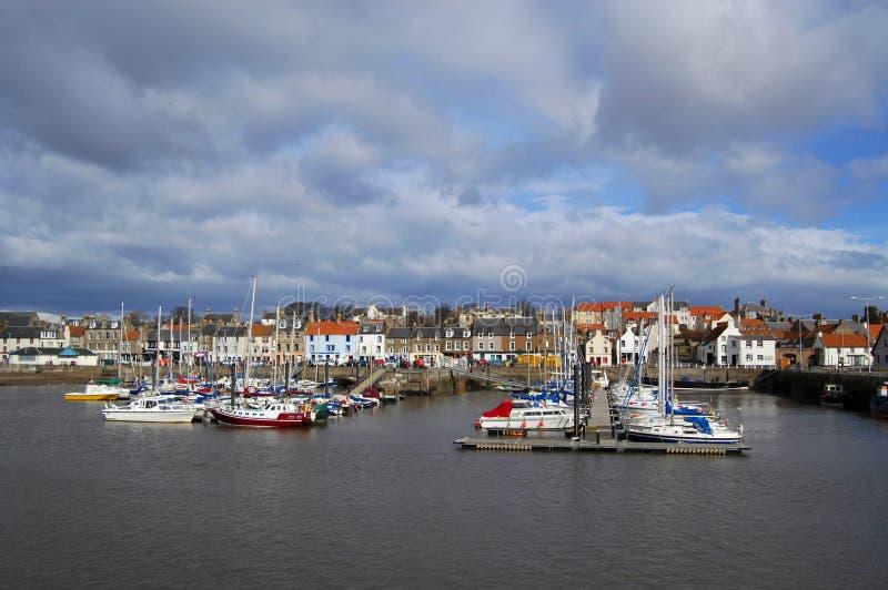 De Jachthaven en de Stad van Anstruther stock afbeeldingen