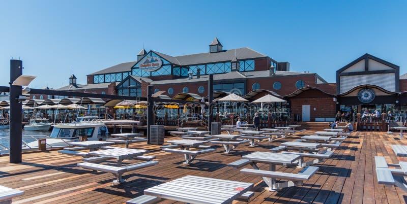 De Jachthaven en de promenade van de dolfijnkade met winkels en restaurants in Mandurah stock foto