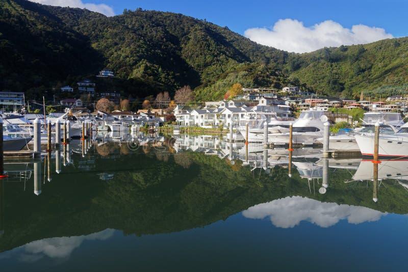 De jachthaven in Picton met bezinning, Nieuw Zeeland royalty-vrije stock foto