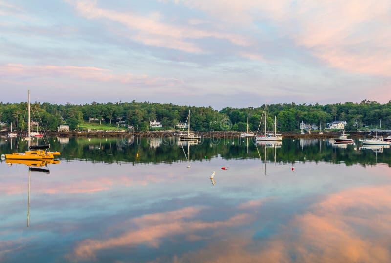 De Jachthaven van de Boothbayhaven, Maine, bij zonsopgang in de zomer in zacht mooi licht op weerspiegelend water stock afbeeldingen