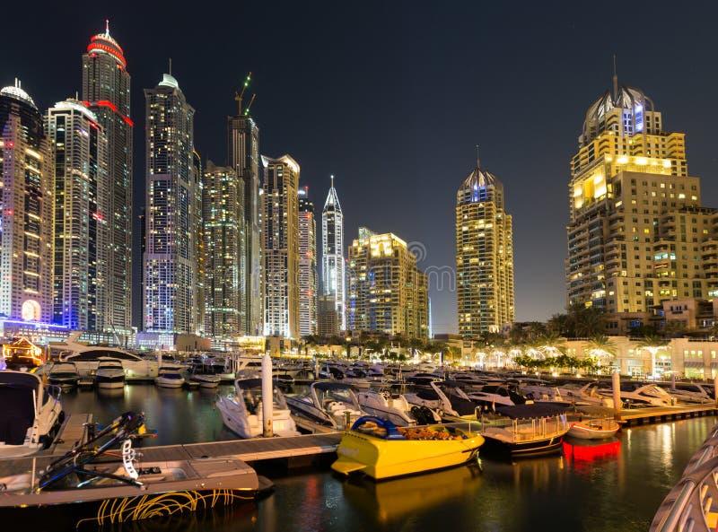 De Jachthaven van Doubai bij nacht stock foto