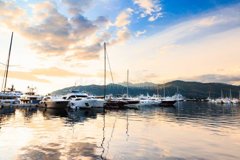 De jachthaven van het luxejacht Haven in Middellandse Zee bij zonsondergang stock fotografie