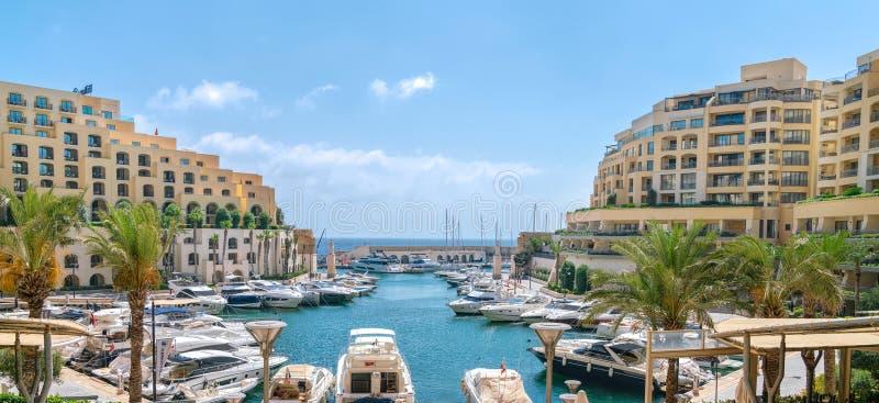 De Jachthaven van luxeportomaso in St Julians, Malta royalty-vrije stock foto's