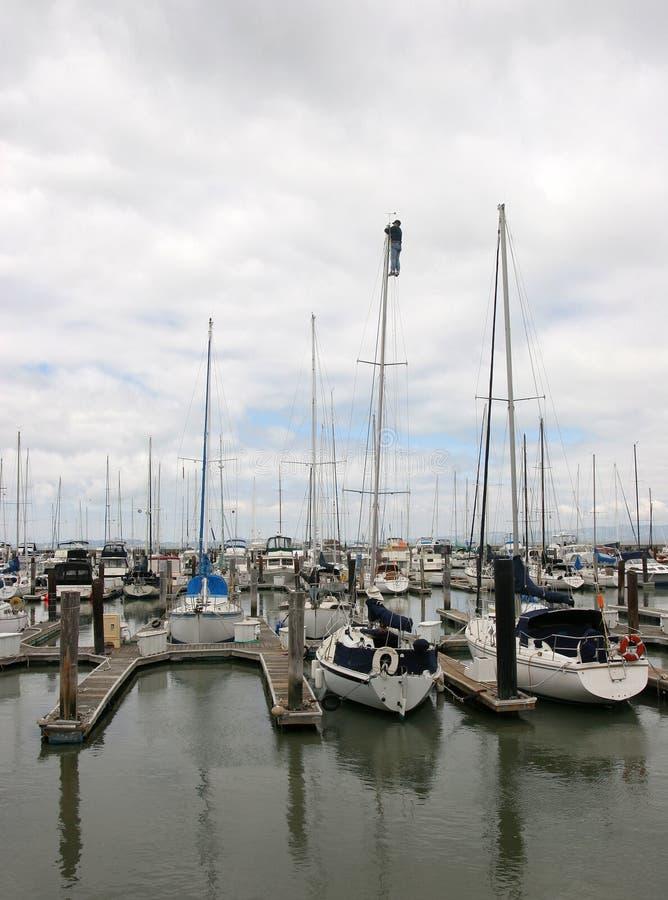De Jachthaven van San Francisco. Het behandelen van een mast op s royalty-vrije stock afbeeldingen