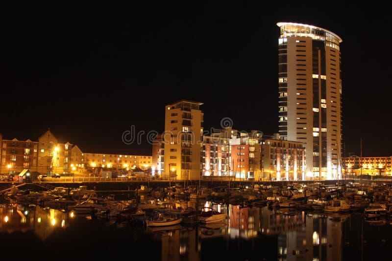 De Jachthaven van Swansea bij Nacht stock foto