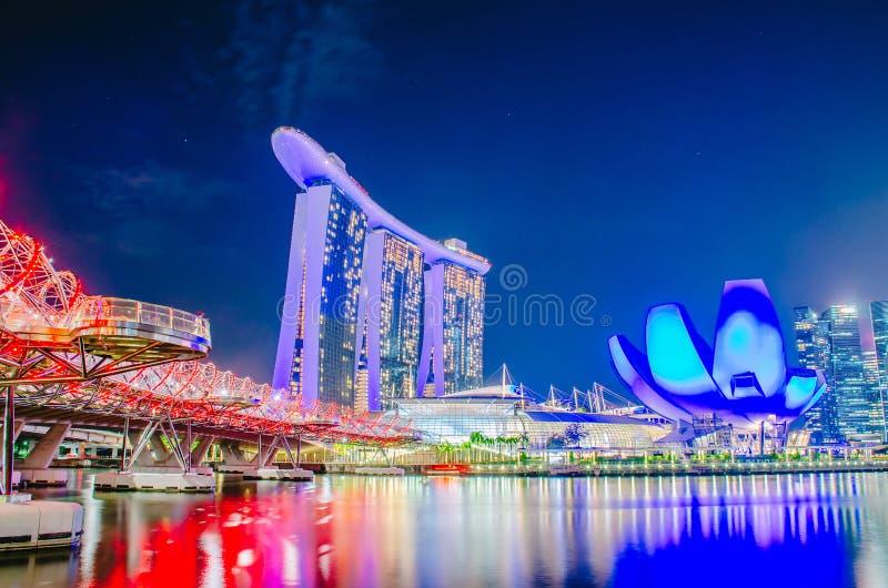 De jachthavenbaai schuurt Hotel van Tuin door de baai in Schroefbrug aan waterkant Marina Bay in Singapore stock fotografie