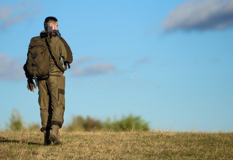 De jachthobby Kerel het milieu van de de jachtaard Het kanon of het geweer van het de jachtwapen Mannelijke hobbyactiviteit De me stock afbeelding