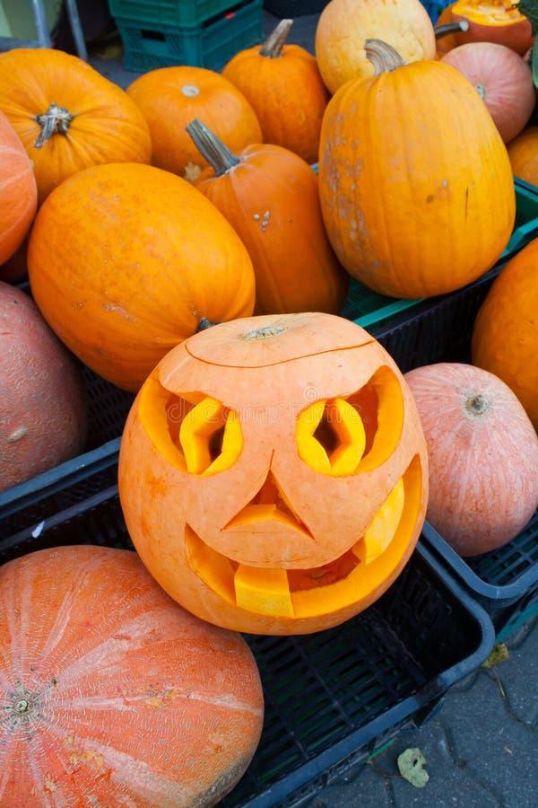 ` De Jack-o - linterna - una lámpara de Halloween hecha de una calabaza hueco Una vela se pone en el medio de una calabaza hueco  imagenes de archivo