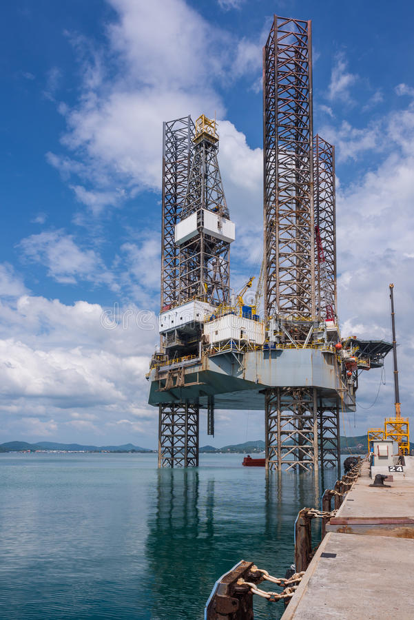 De Jack plataforma petrolífera acima no estaleiro foto de stock