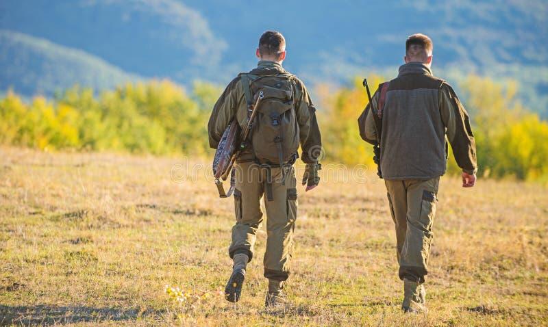 De jagersvriend geniet van vrije tijd De jacht met partner verstrekt vaak het grotere maatregelenveiligheid pret en belonen jager stock afbeeldingen