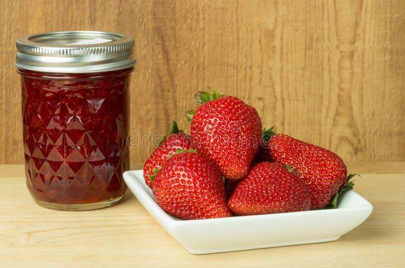 De jam of de gelei van de aardbei met aardbeien royalty-vrije stock afbeelding