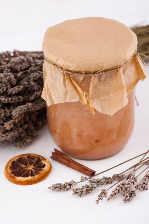 De jam van de appel met lavendel stock afbeelding