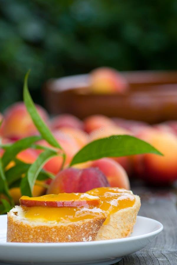 De jam van de perzik met baguette royalty-vrije stock afbeelding