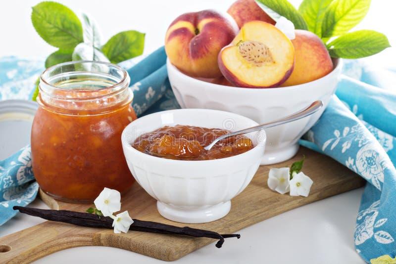 De jam van de vanilleperzik in een kom royalty-vrije stock afbeeldingen