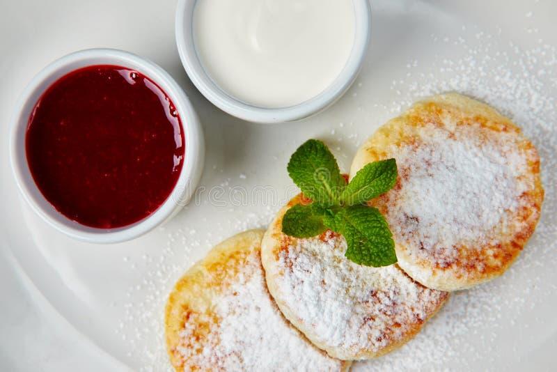 De jam van kwarkpannekoeken Smakelijke kaastaart De Frambozenkaastaart van het ochtendontbijt Zoet dessert royalty-vrije stock foto