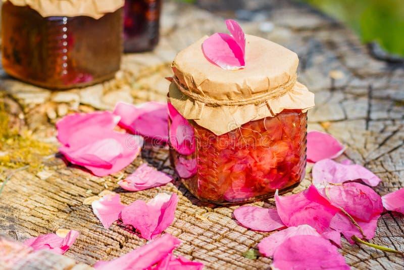 De jam van nam met roze bloemblaadjes op stomp toe stock foto