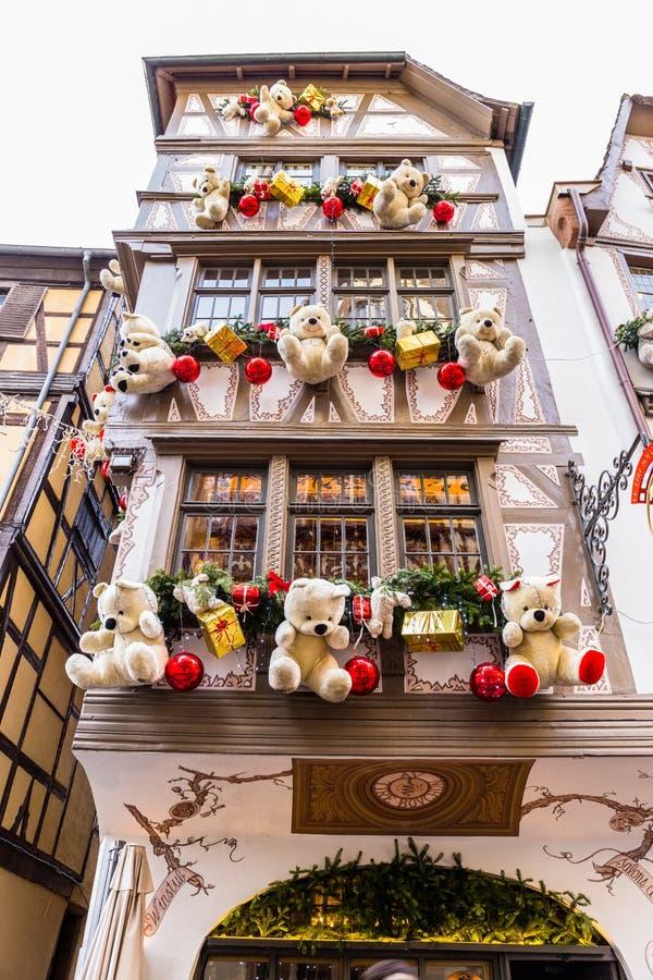1? de janeiro de 2018 Decora??es coloridas no mercado do Natal em Strasbourg fotos de stock royalty free