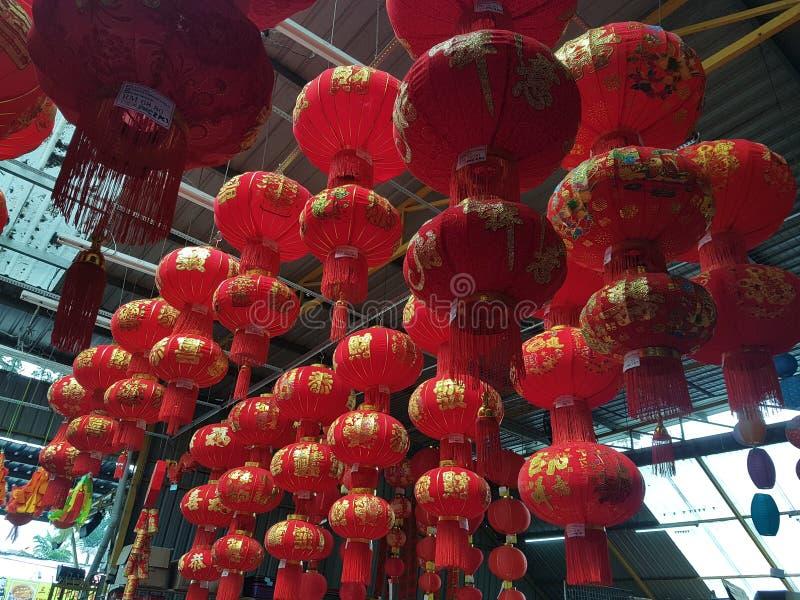 3 de janeiro Kuala Lumpur Loja da rua que vende a decoração festiva chinesa do ano novo fotografia de stock