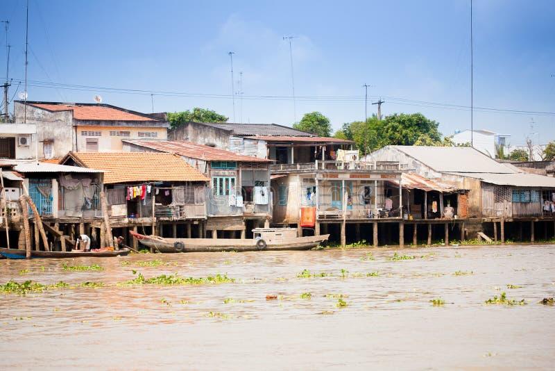 28 DE JANEIRO DE 2014 - MEU THO, VIETNAME - casas por um rio, o 28 de janeiro de 2014, no delta de Mekong fotos de stock royalty free