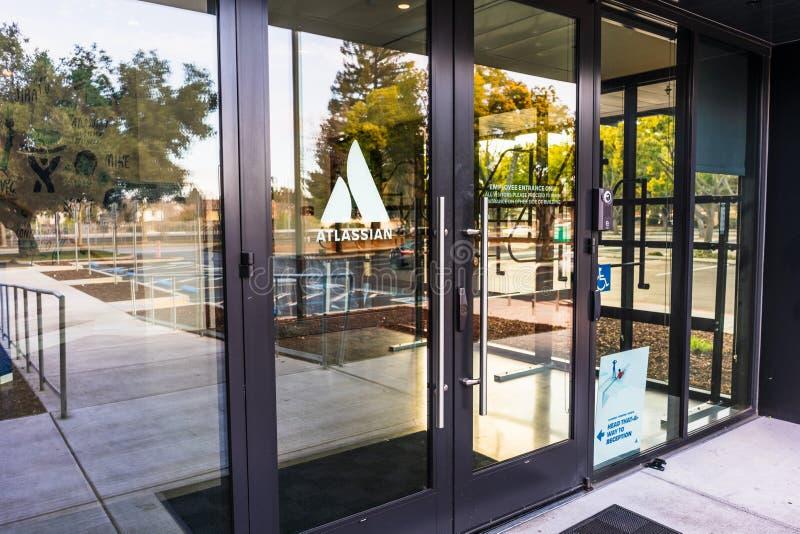 12 de janeiro de 2020 Mountain View / CA / USA - sede Atlassiana no Vale do Silício; Atlassian Corporation Plc é australiana imagem de stock royalty free