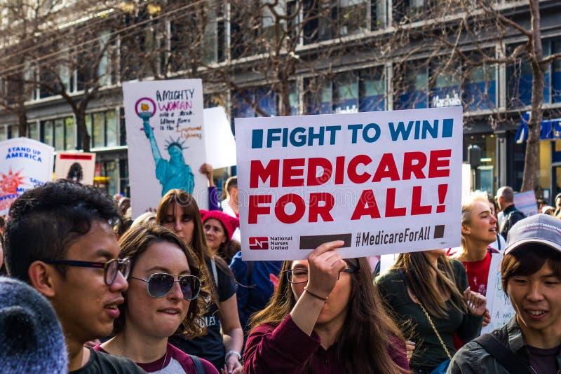 19 de janeiro de 2019 San Francisco/CA/EUA - o março 'Medicare das mulheres para todo o 'sinal fotos de stock royalty free