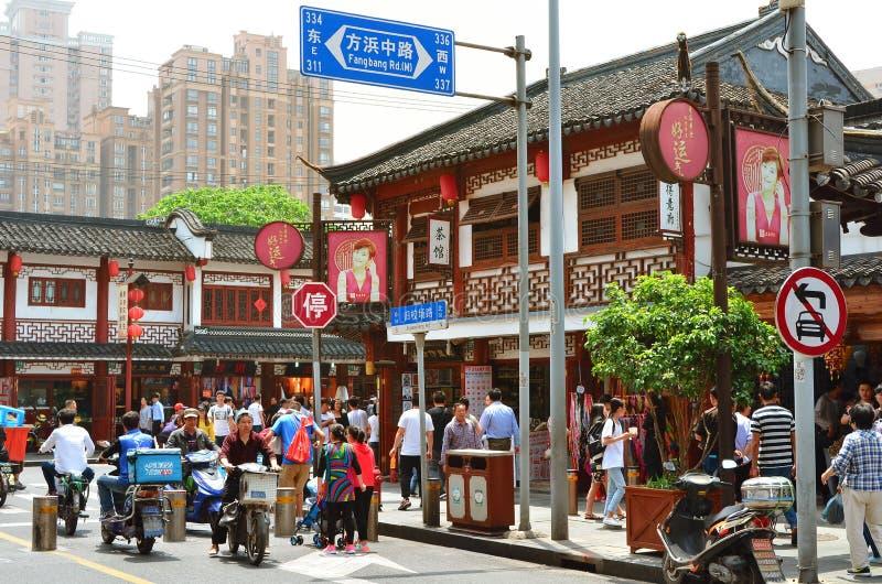 7 de janeiro de 2017 - SHANGHAI, CHINA - as lojas cercam o jardim de Yu no centro da cidade velha de Shanghai imagem de stock