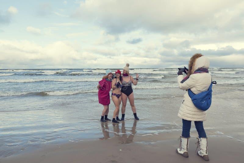 5 de janeiro de 2019 Stegna, Polônia Senhoras que tomam fotos durante a natação do inverno no mar imagem de stock