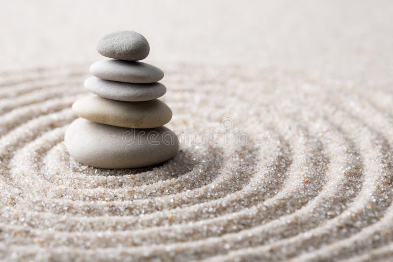 De Japanse de meditatiesteen van de zentuin voor concentratie en de ontspanning schuren en schommelen voor harmonie en saldo in z stock fotografie