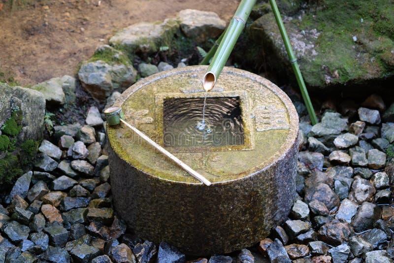 De Japanse fontein van het stijl traditionele bamboe bij tempel Ryoan -ryoan-ji in Kyoto, Japan stock foto